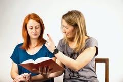 книга читая 2 женщин Стоковые Изображения RF