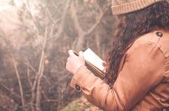 Книга чтения девушки в парке осени Стоковые Фото