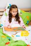 Книга чтения девушки Стоковые Фотографии RF