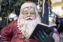 Книга чтения Дед Мороз стоковое фото rf