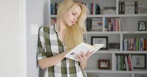 Книга чтения девушки дома акции видеоматериалы