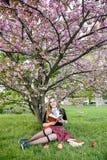 Книга чтения девушки/студент читая книгу в парке/ Стоковое фото RF