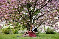 Книга чтения девушки/студент читая книгу в парке/ Стоковое Фото