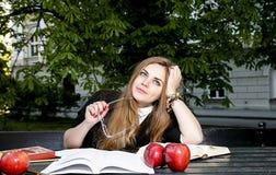 Книга чтения девушки/студент читая книгу в парке/ Стоковые Фотографии RF