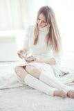 Книга чтения девушки Стоковое Изображение RF