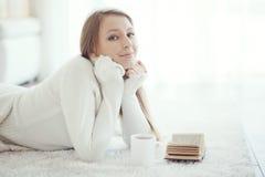 Книга чтения девушки Стоковое фото RF