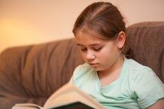 Книга чтения девушки Стоковое Изображение