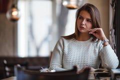Книга чтения женщины на кафе около окна Стоковое Изображение