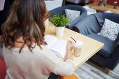 Книга чтения женщины на кафе Стоковое Изображение RF