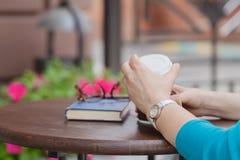 Книга чтения женщины на кафе Стоковые Изображения RF