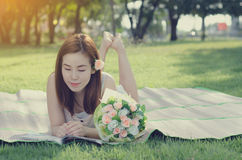 Книга чтения женщины на парке дерева Стоковая Фотография