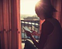 Книга чтения женщины на спальне восхода солнца в утре Стоковое фото RF