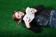 Книга чтения женщины на траве Стоковое фото RF
