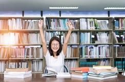 Книга чтения женщины студента полная стоковое изображение rf