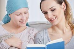 Книга чтения женщин стоковое фото rf