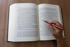 Книга чтения и принимает примечание стоковые фотографии rf