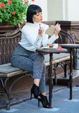 Книга чтения кофе напитка девушки Женщина имеет напиток насладиться хорошей террасой кафа книги i Литература для стоковые изображения