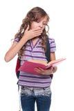 Книга чтения маленькой девочки и зевать стоковые фотографии rf