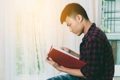 Книга чтения мальчика подростка Стоковое фото RF