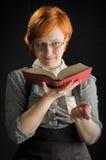 Книга чтения молодой женщины Стоковое Фото