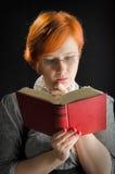 Книга чтения молодой женщины Стоковое фото RF