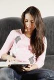 Книга чтения молодой женщины Стоковые Изображения