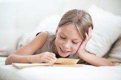Книга чтения ребенка стоковое изображение