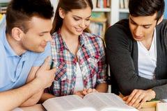 Книга чтения студентов в библиотеке. Стоковая Фотография RF