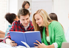 Книга чтения студентов на школе Стоковое Изображение RF