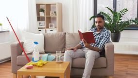Книга чтения человека и отдыхать после домашней чистки сток-видео
