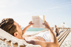 Книга чтения человека в гамаке Стоковые Фото