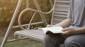 Книга чтения человека в парке Стоковые Фото
