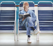 Книга чтения человека стоковые фотографии rf