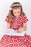 Книга чтения школьницы Стоковое Изображение