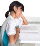 Книга II молодой девушки школы изучая Стоковая Фотография RF