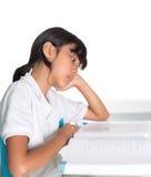 Книга III молодой девушки школы изучая Стоковое Фото