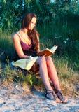 книга outdoors читая детенышей женщины Стоковые Изображения