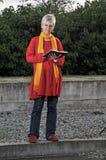 книга outdoors читая женщину Стоковая Фотография RF