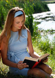 книга outdoors читая женщину Стоковое фото RF