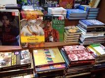 Книги аранжированные в полке на книжном магазине стоковые изображения rf