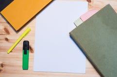 Книги, бумажные листы и highlighters на деревянном столе Стоковая Фотография RF