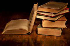 книги выравнивая чтение Стоковые Фотографии RF