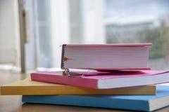 Книги в библиотеке, который нужно принести назад в школу и изучить o стоковые фотографии rf