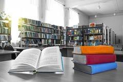 Книги в библиотеке стоковые изображения rf