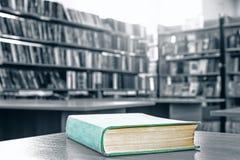 Книги в библиотеке стоковое изображение rf