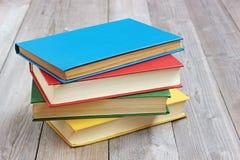 4 книги в покрашенной крышке на таблице Стоковое Изображение RF