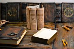 Книги в работая участке захваченном в студии bookbinding стоковое изображение rf