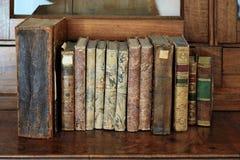 Книги в ряд на книжной полке Стоковые Фото