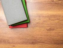 Книги лежа на таблице Стоковые Изображения RF