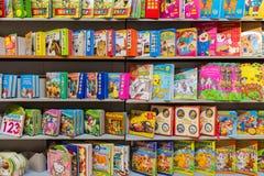 Книги детей на полке библиотеки Стоковое Фото